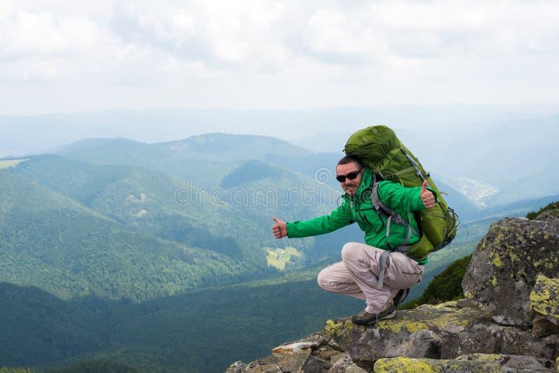 Caminhante feliz nas montanhas imagem de stock
