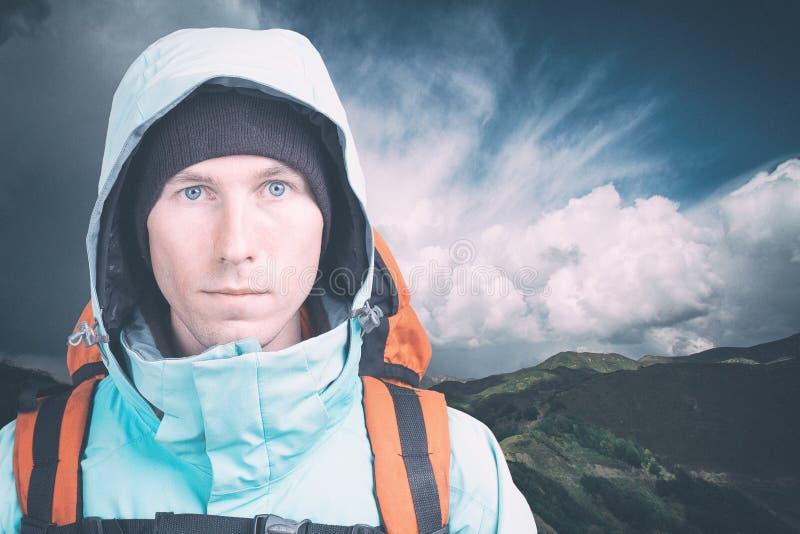 Caminhante masculino novo no fundo nebuloso da paisagem que olha a c?mera Front View estilo de vida e turismo ativos foto de stock