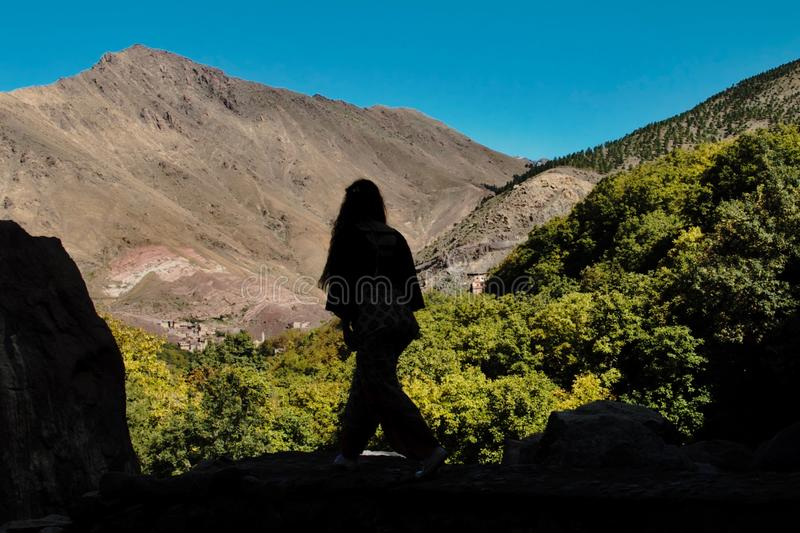 Caminhante mostrado em silhueta nas montanhas de atlas imagens de stock royalty free