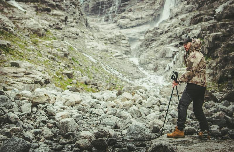 Caminhante na fuga alpina imagens de stock royalty free