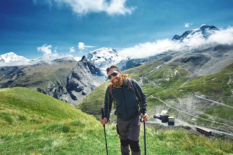 Caminhante na fuga nas montanhas fotografia de stock royalty free