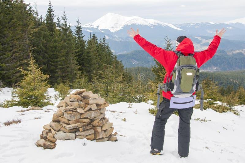 Caminhante na parte superior da montanha fotografia de stock