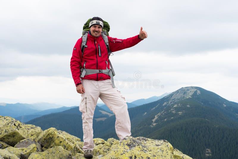 Caminhante nas montanhas fotografia de stock