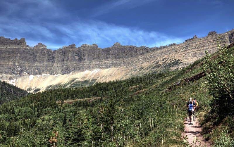Caminhante no parque nacional de geleira foto de stock royalty free
