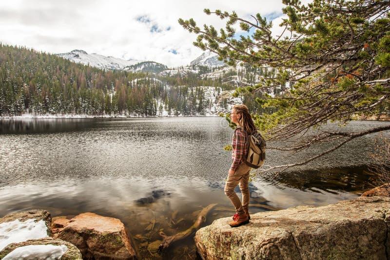 Caminhante no parque nacional de montanhas rochosas nos EUA foto de stock