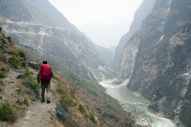 Caminhante no trajeto íngreme da montanha foto de stock