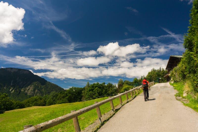 Caminhante que anda em vermelhos de Aiguilles fotografia de stock