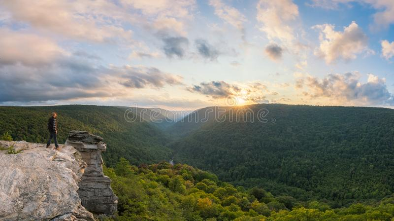 Caminhante que aprecia o por do sol em Lindy Point em West Virginia fotos de stock royalty free