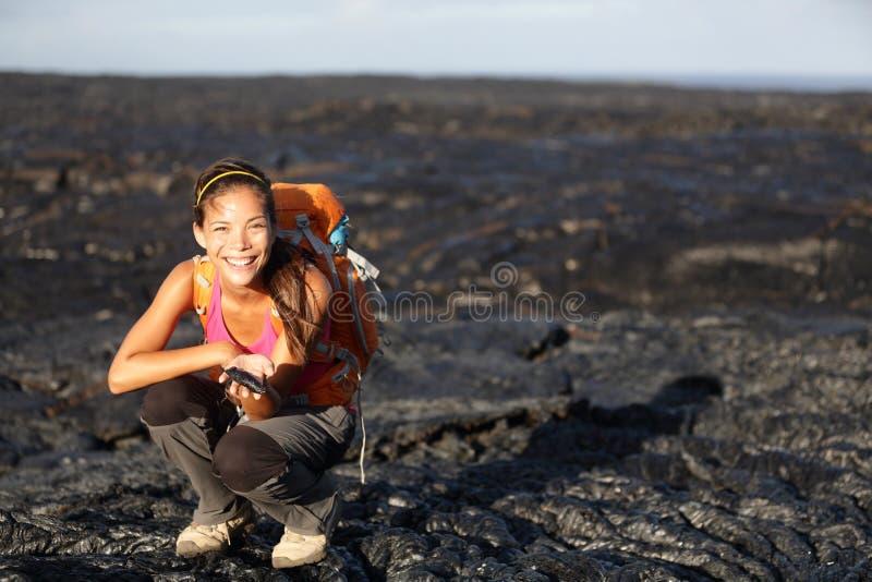 Caminhante que mostra a lava na ilha grande, Havaí fotografia de stock