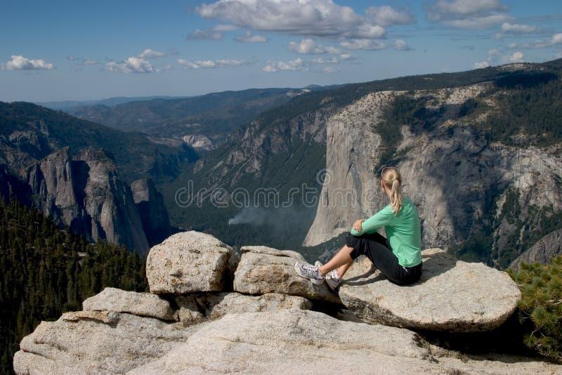Caminhante que negligencia o vale de Yosemite mim foto de stock