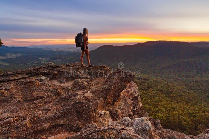 Caminhante que olha a última luz nas montanhas imagens de stock