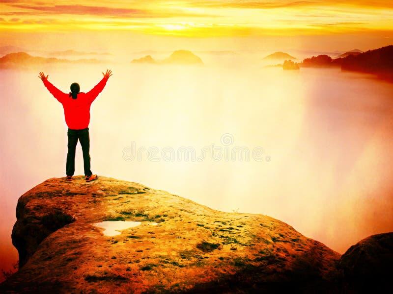 Caminhante que olha ao outono Sun no horizonte Momento bonito o milagre da natureza Névoa colorida no vale O homem está apenas imagens de stock