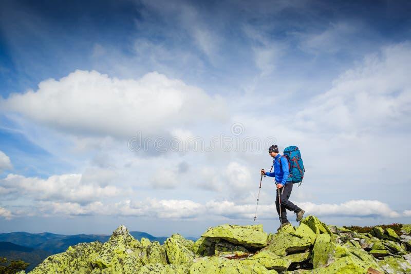 Caminhante que trekking nas montanhas Esporte e vida ativa fotografia de stock