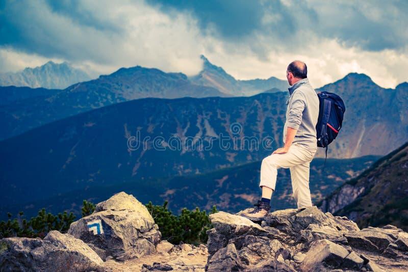 Caminhante superior na cimeira fotos de stock