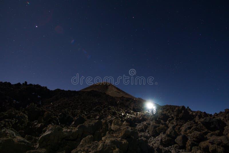 Caminhantes com o farol no vulcão de Teide foto de stock
