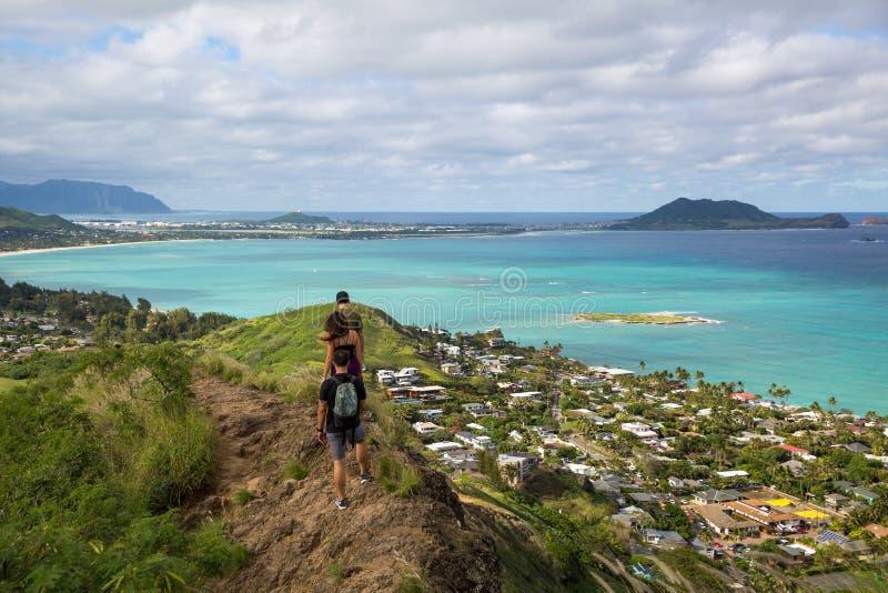 Caminhantes com a vista de Lanikai de uma parte superior a caixinha de comprimidos que caminha o tr fotos de stock