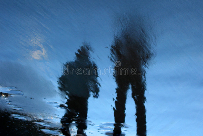 Download Caminhantes da praia foto de stock. Imagem de reflexões - 53316