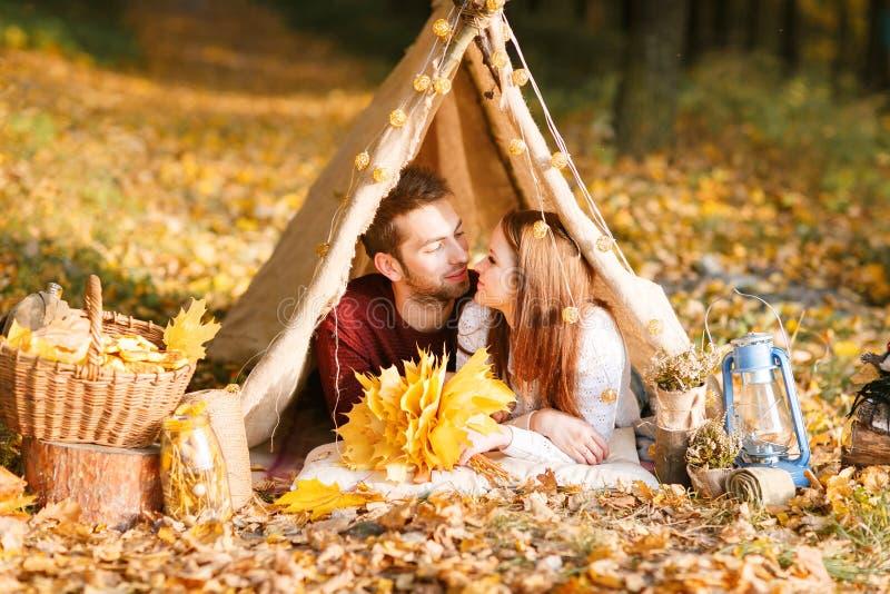 Caminhantes do homem e da mulher que acampam na natureza do outono Mochileiros novos felizes dos pares que acampam na barraca fotografia de stock royalty free