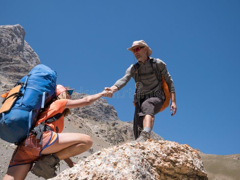 Caminhantes dos pares nas montanhas imagens de stock royalty free