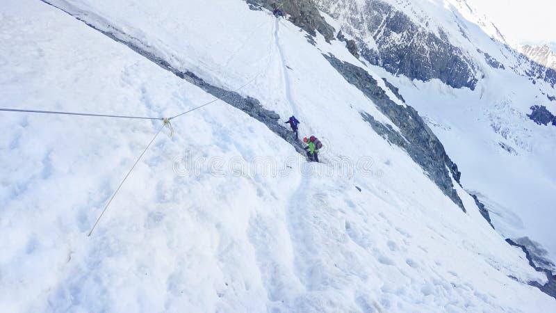 Caminhantes em caminhar a expedição para Mont Blanc foto de stock royalty free
