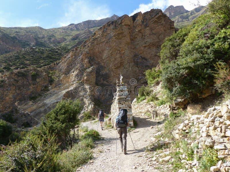 Caminhantes em Himalaya outonal foto de stock