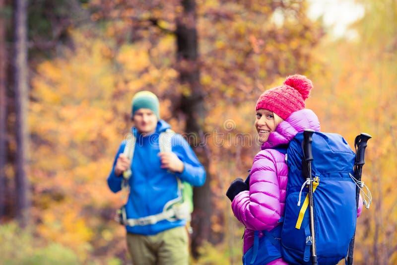Caminhantes felizes dos pares do homem e da mulher que acampam na floresta do outono fotos de stock royalty free