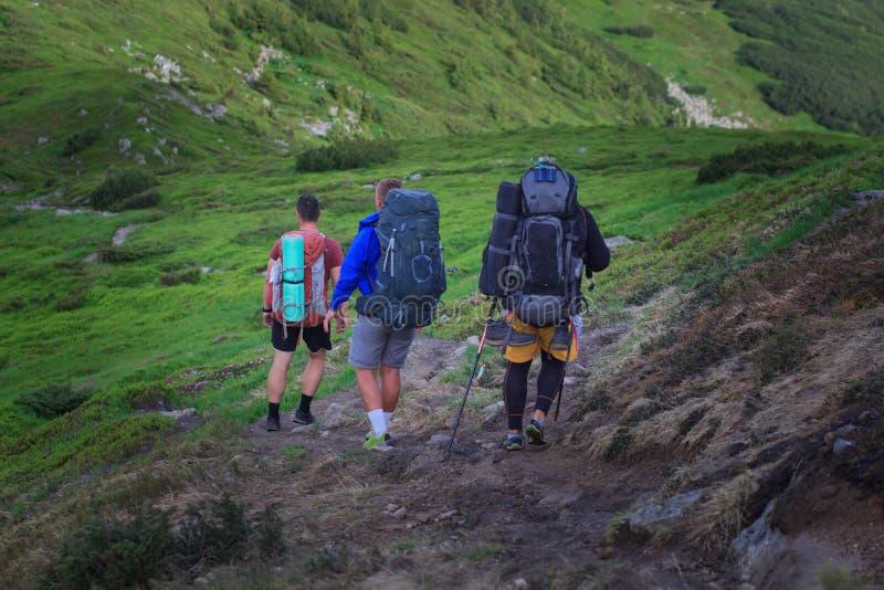 Caminhantes na fuga nas montanhas de Islandic Passeio na montanha no parque nacional Landmannalaugar, Islândia o vale é coberto c imagens de stock royalty free
