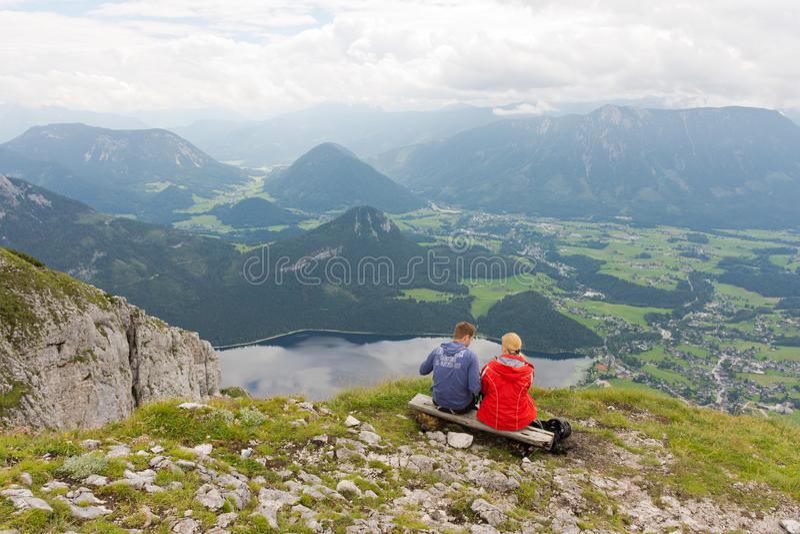 Caminhantes na montanha do vencido sobre Aussee em Áustria foto de stock royalty free