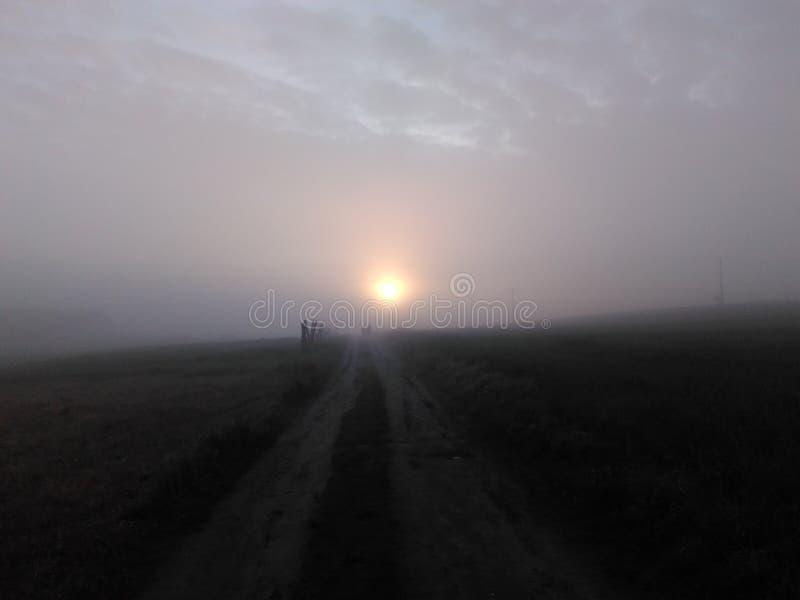 Caminhantes nevoentos do nascer do sol imagem de stock
