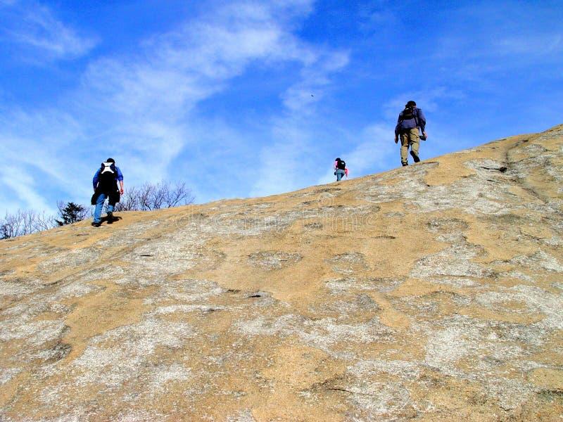 Caminhantes no parque estadual de pedra da montanha imagem de stock