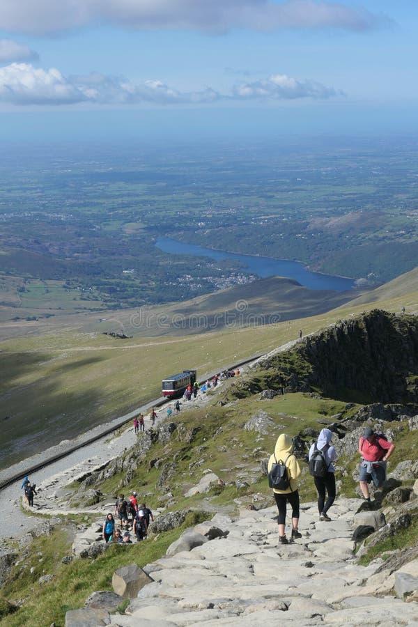 Caminhantes no trajeto de Llanberis em Snowdon em Gales norte fotos de stock royalty free