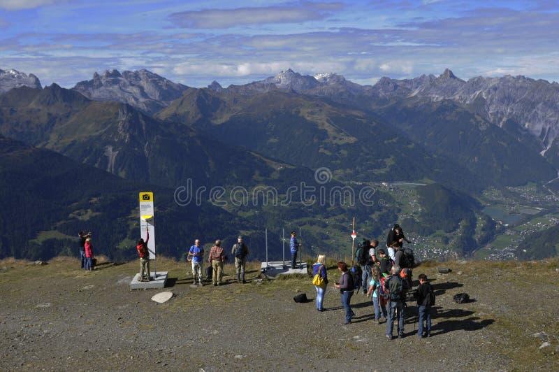 Caminhantes que apreciam a montanha-vista panorâmico de fotografia de stock royalty free