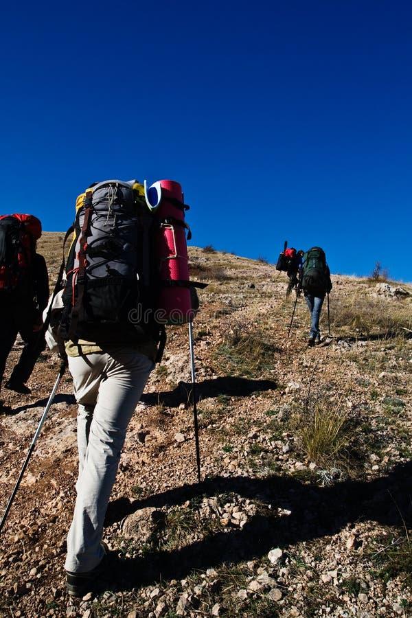 Caminhantes que escalam a montanha imagem de stock