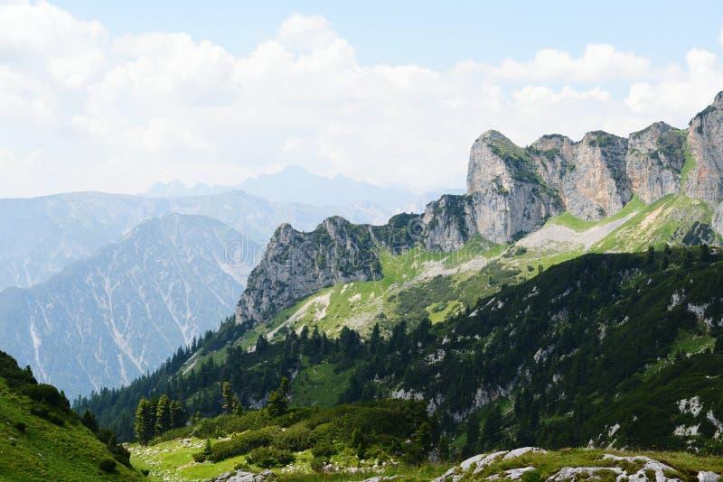 Caminhar no aeria da montanha de Rofan em Tirol (Áustria) fotografia de stock royalty free