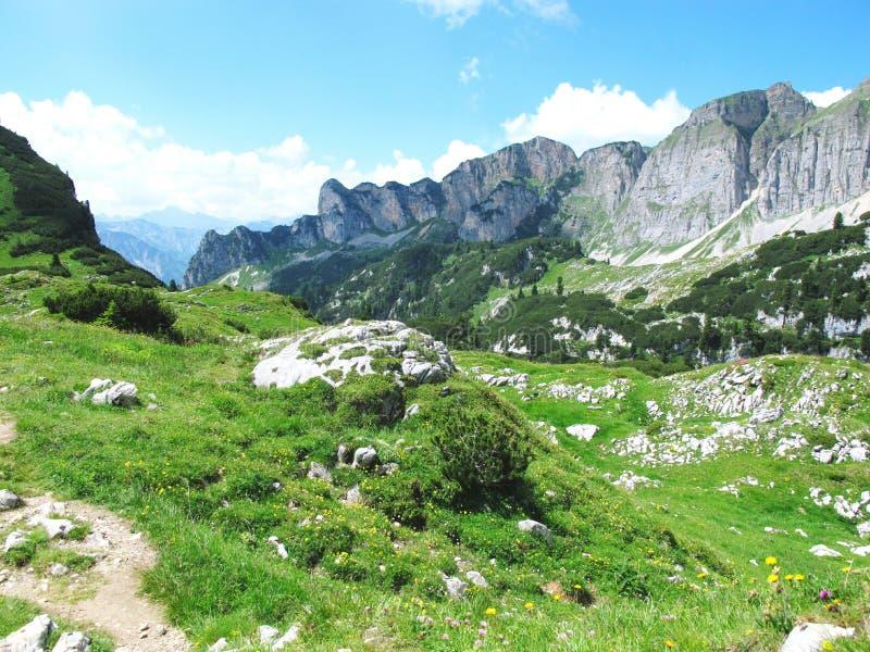 Caminhar no aeria da montanha de Rofan em Tirol (Áustria) foto de stock