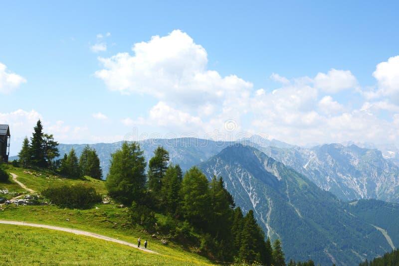 Caminhar no aeria da montanha de Rofan em Tirol (Áustria) imagens de stock