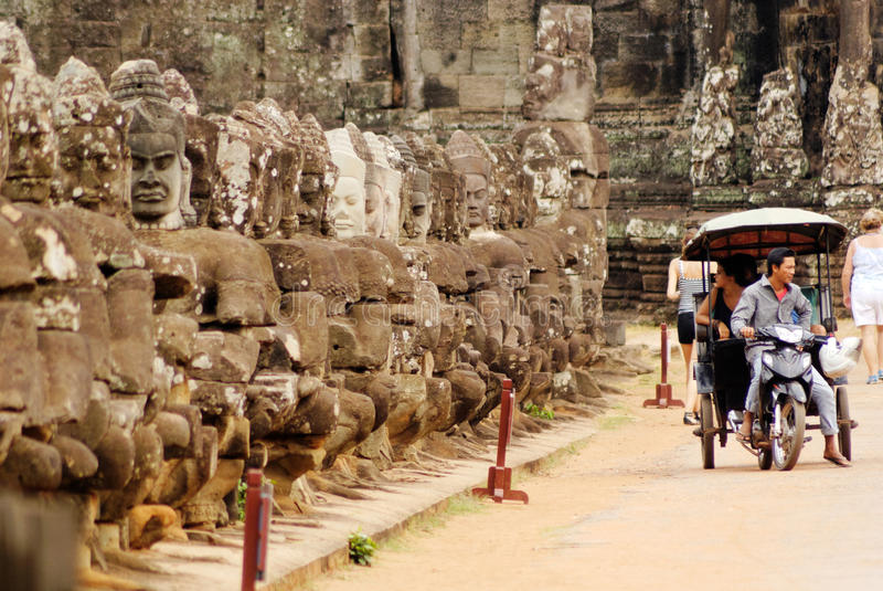 Caminho à porta sul de Angkor Thom, Camboja fotos de stock royalty free