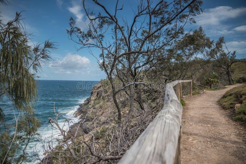 Caminho ao longo da linha costeira com ondas imagem de stock royalty free