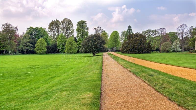 Caminho através do parque fotografia de stock royalty free