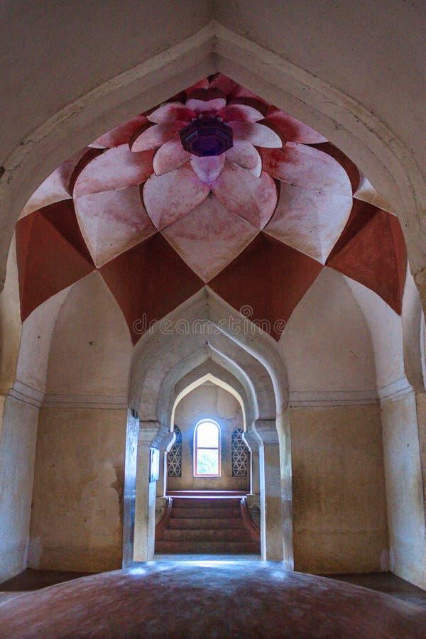 Caminho belamente arqueado com teto decorado dentro de Royal Palace, Thanjavur fotografia de stock royalty free