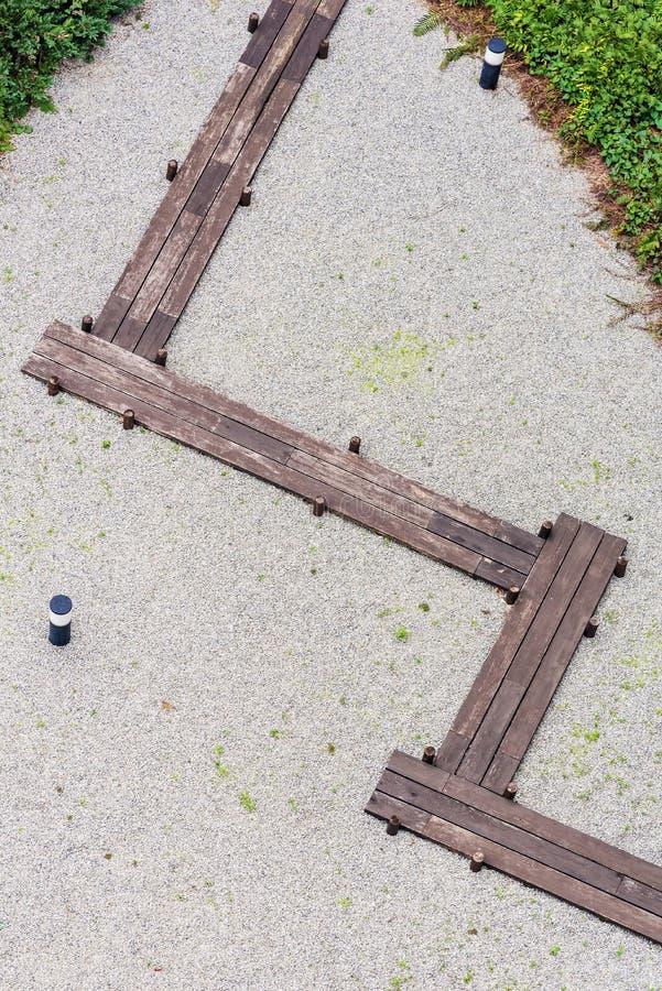 Caminho de madeira no jardim da pedra do zen em um jardim japonês imagens de stock royalty free