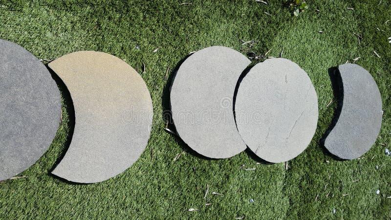 Caminho de pedra do zen no trajeto da grama verde no jardim japonês foto de stock