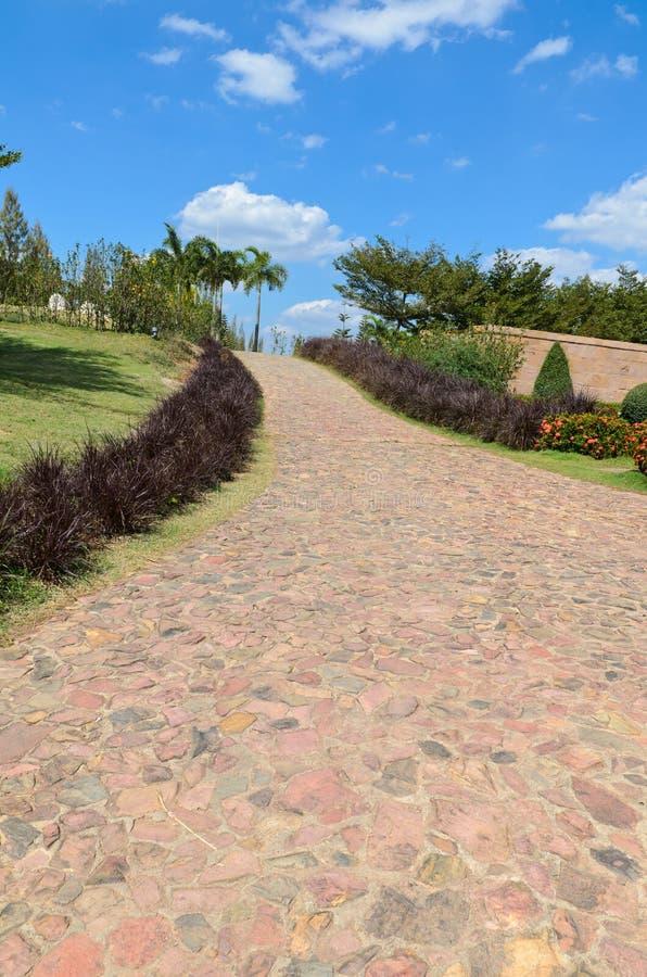 Download Caminho de pedra no jardim foto de stock. Imagem de tijolo - 29828970