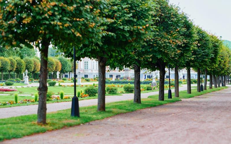 Caminho no parque de Kuskovo em Moscou fotografia de stock