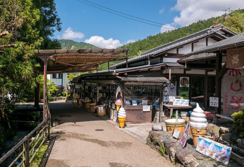 Caminho pelo córrego nos montes de Ohara imagem de stock royalty free