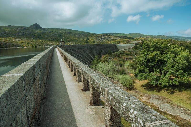 Caminho sobre a represa concreta do lago Rossim imagem de stock royalty free
