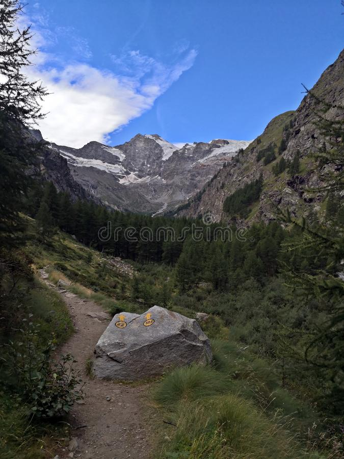 Caminho turístico nas montanhas marcado com sinais amarelos imagens de stock royalty free