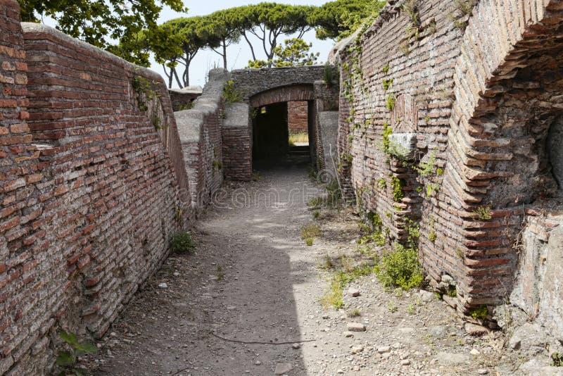 Caminhos secretos e opiniões sugestivas nas ruínas romanas de Ostia Antica, Roma Itália fotografia de stock royalty free