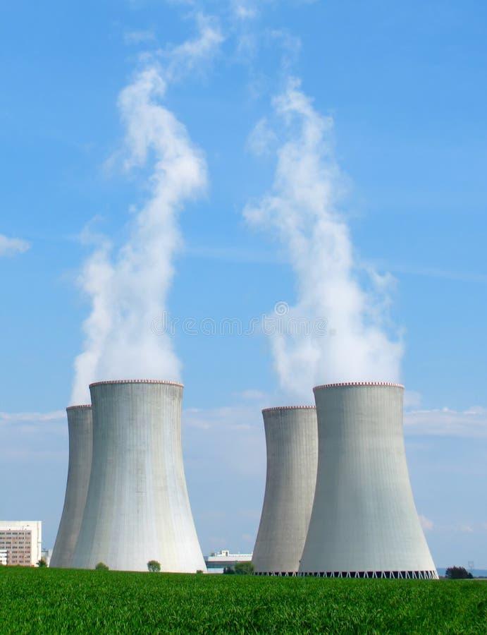 Camini della centrale nucleare fotografia stock