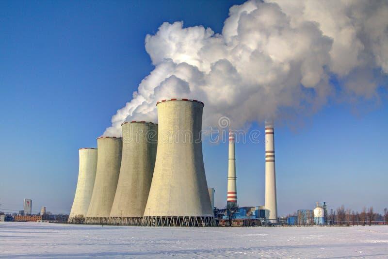 Camini delle centrali termiche alimentate al carbone fotografia stock libera da diritti